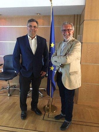 José Antonio Sánchez Martínez, coordinador de la Universidad de Verano para Intérpretes en la Oficina del Parlamento Europeo de Madrid (izquierda), junto al vicepresidente primero de la FAPE, Aurelio Martín