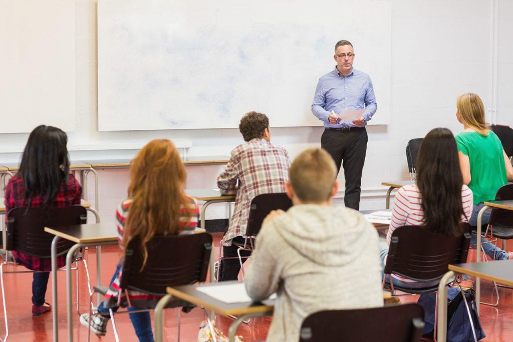 La FAPE insta al Gobierno y a las autonomías a que resuelvan de forma definitiva el problema de los docentes de Literatura y Lenguas