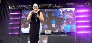 La exconcursante de 'America's Got Talent Yoli Mayor canta para animar a los jóvenes a votar en las legislativas de EE UU del 6 de noviembre. LATIF KASSIDI EFE