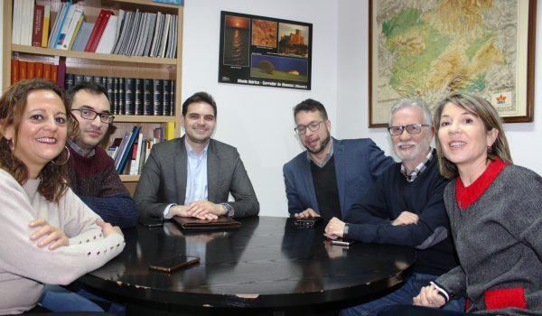 El vicesecretario de Comunicación del PP-CLM, Santiago Serrano, recaba las inquietudes de la Asociación de Periodistas de Albacete