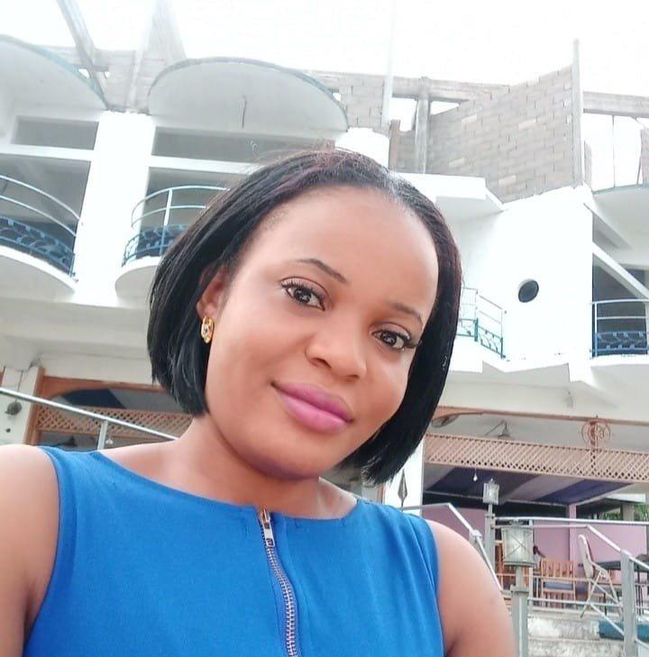 """Mimi Mefo. Periodista arrestada por """"noticias falsas"""" y cargos por delitos informáticos en relación con su informe sobre disturbios en las regiones del noroeste y suroeste de Camerún, afectadas por el conflicto."""