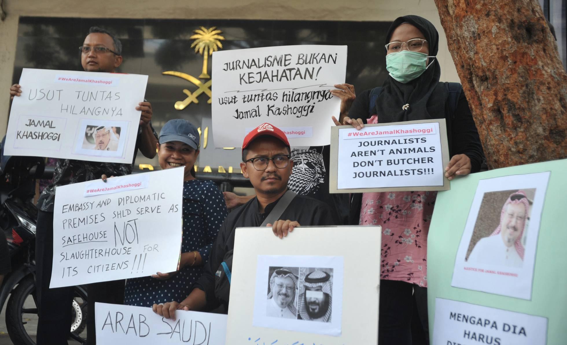 Periodistas indonesios protestan enfrente de la embajada de Arabia Saudí en Yakarta por la muerte de Khashoggi, en octubre de 2018. Dasril Roszandi (Getty Images)