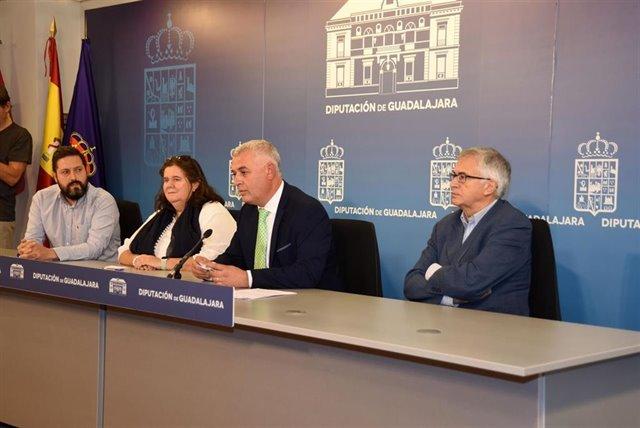 El presidente de la Diputación de Guadalajara, José Luis Vega, anuncia el ganador del Premio LeguinecheDIPUTACIÓN DE GUADALAJARA