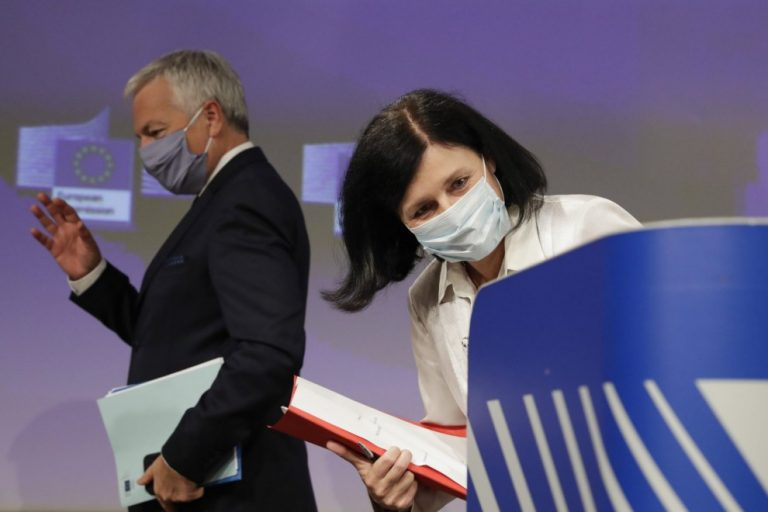 La comisaria de Valores y Transparencia, Vera Jourova, y el comisario de Justicia, Didier Reynders, tras una conferencia de prensa durante el Informe Anual sobre el Estado de Derecho de 2020. - AFP
