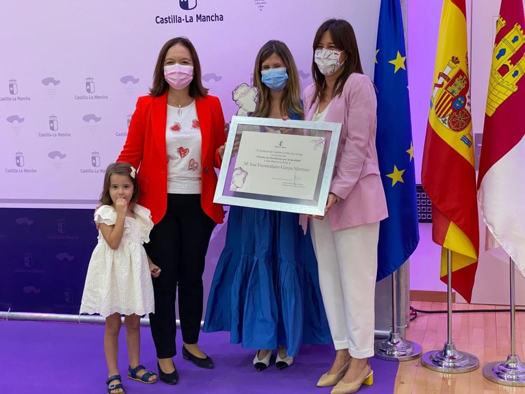 La periodista María José Fuentealamo, socia de la APAB, recibe uno de los galardones de la primera edición del Premio Periodístico Luisa Alberca Lorente