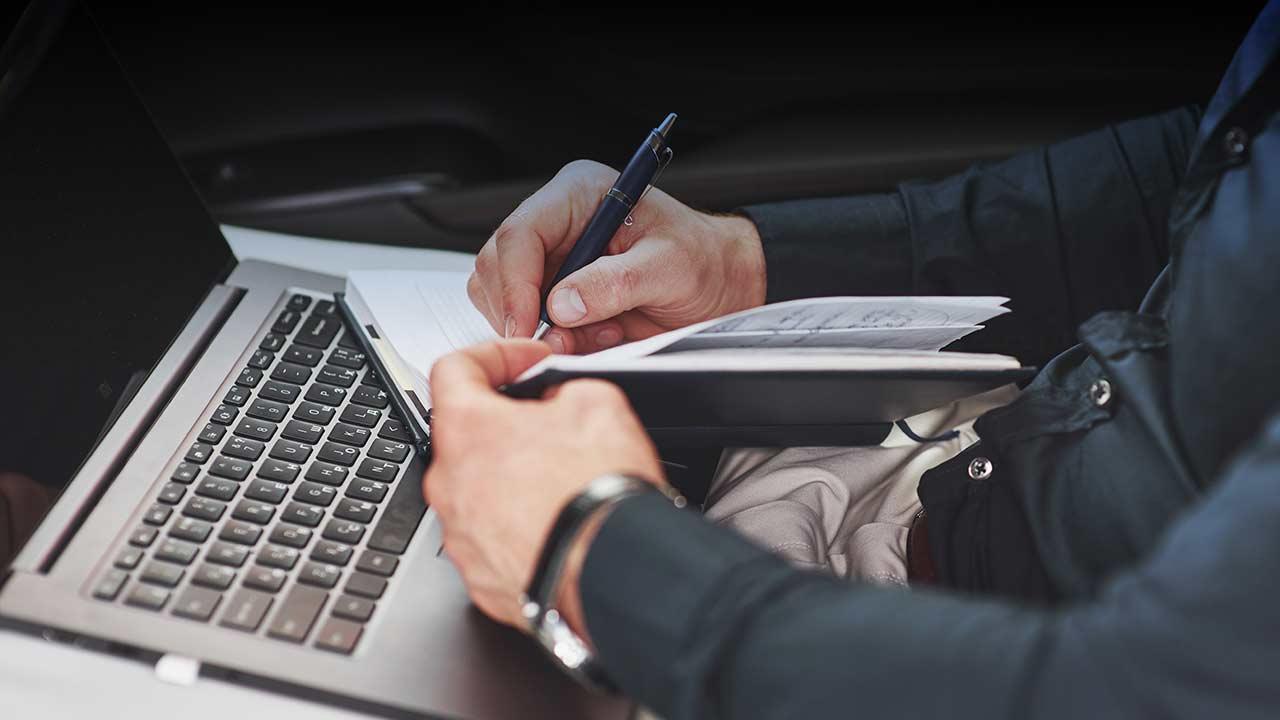 """Una jueza considera que redactar y remitir comunicados y actualizar la web de una institución son tareas """"mecánicas"""" que no definen al Periodismo"""